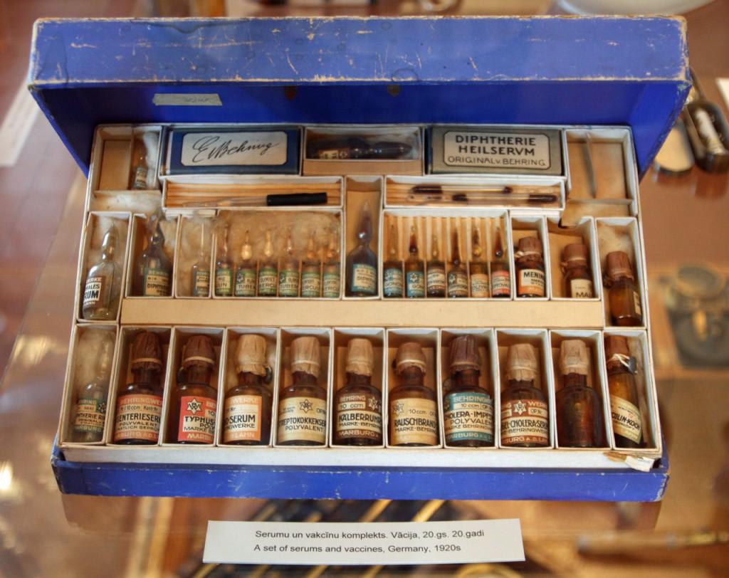 IMG_6491-набор вакцин и сывороток образца 1920 года